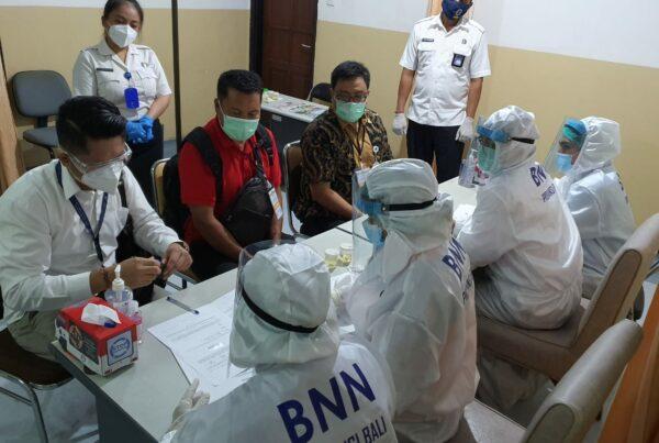 Pelaksanaan Pemeriksaan tes urine narkoba bagi para Calon Bupati dan Wakil Bupati Tabanan dan Bangli