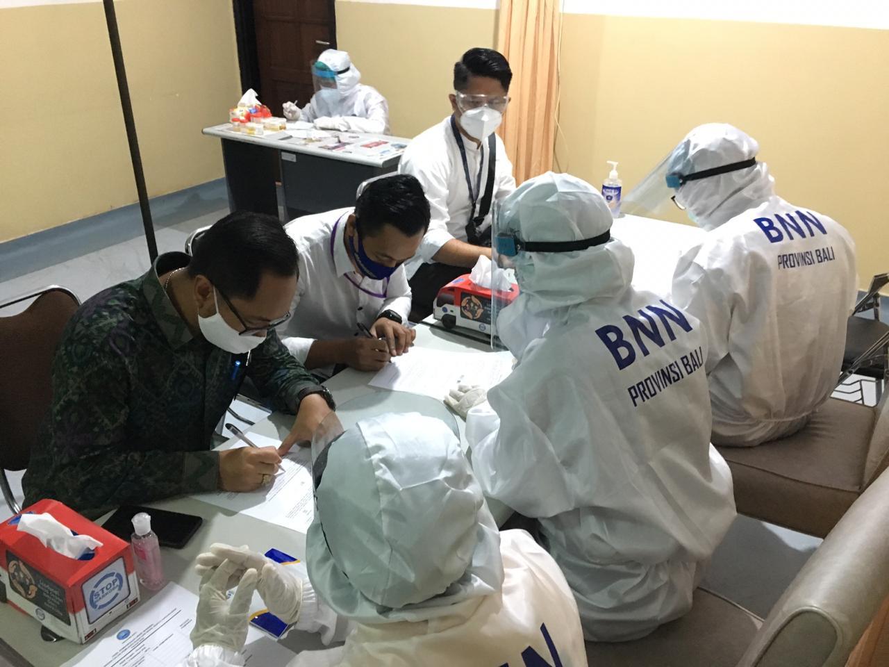 Pelaksanaan Pemeriksaan tes urine narkoba bagi para Calon Bupati dan Wakil Bupati Jemberana dan Karangasem